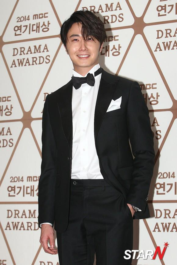 2014 12 30 Jung Il-woo Red Carpet at the 2014 MBC Awards 7