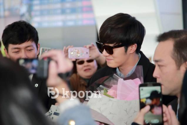 2015 1 JIW arrives to Taiwan's airport. Fan love6