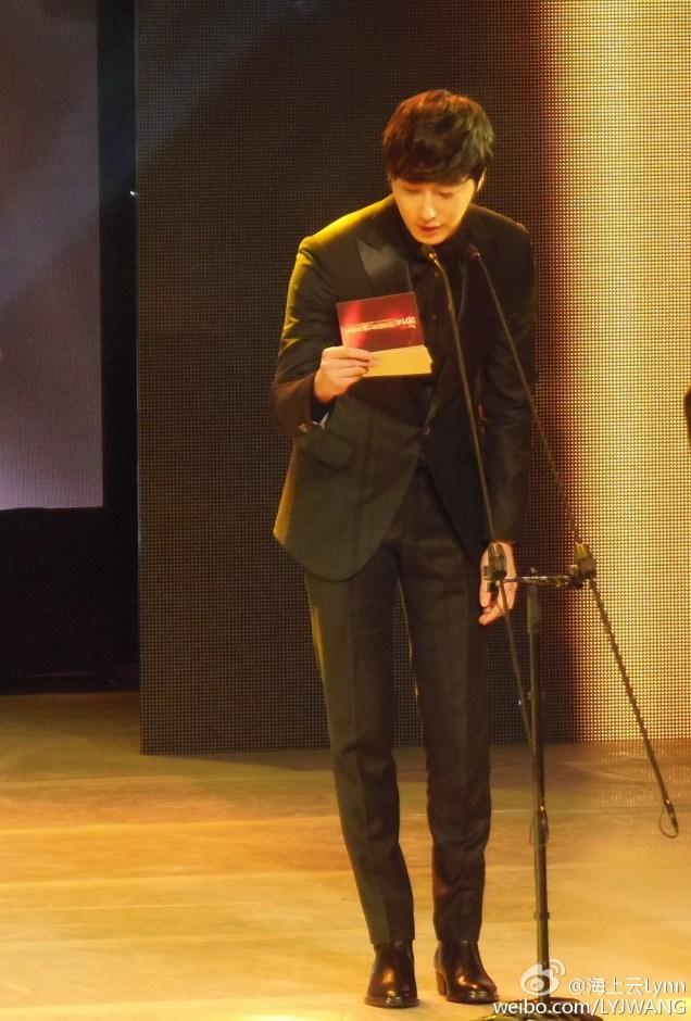 2015 1 23 Jung Il-woo at the Asian Influence Awards. Giving an award. jpg.jpg