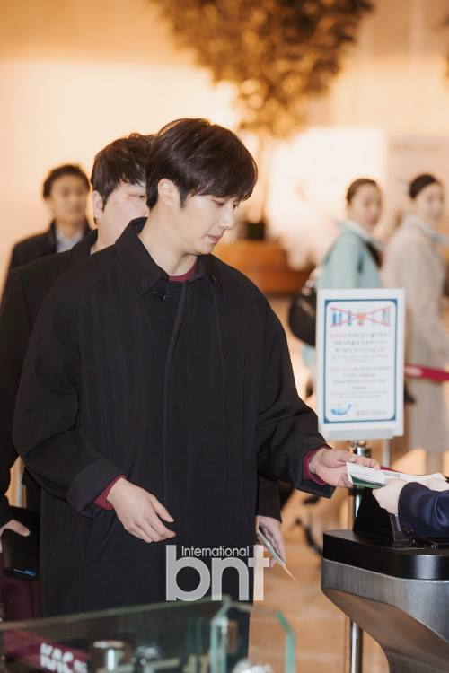 2015 1 31 Jung Il-woo travels to Beijing, China to the Fan Meeting. Airport photos.1
