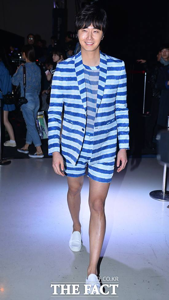 2015 3 21 Jung Il-woo at the Seoul Fashion Week wearing a Hong Hye-jin Design. 16