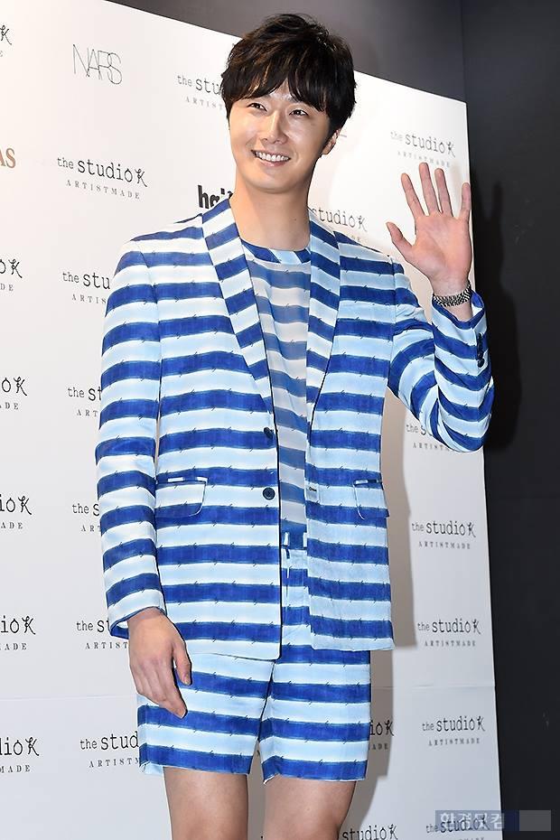 2015 3 21 Jung Il-woo at the Seoul Fashion Week wearing a Hong Hye-jin Design. 2