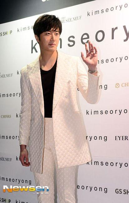 2015 3 21 Jung Il-woo at the Seoul Fashion Week wearing a Kim Sooron Design. 17