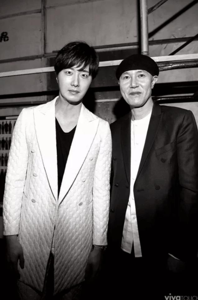 2015 3 21 Jung Il-woo at the Seoul Fashion Week wearing a Kim Sooron Design. 22