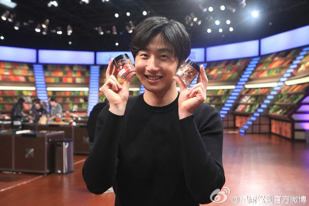 2015 3 Jung Il-woo handing out candy on White Day at Star Chef. 6