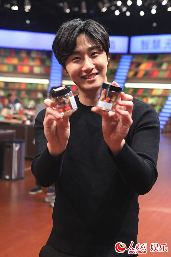 2015 3 Jung Il-woo handing out candy on White Day at Star Chef. 8