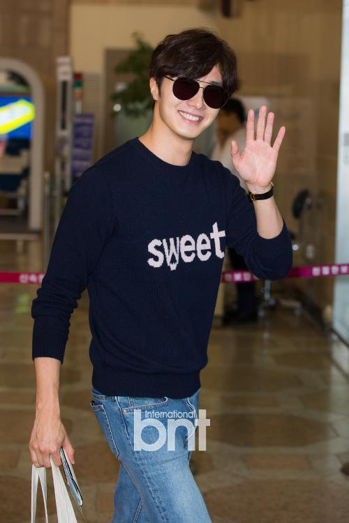 2015 09 12 Jung Il-woo at Gimpo Airport awaits manager for misplaced passport.1