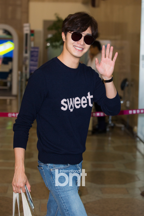 2015 09 12 Jung Il-woo at Gimpo Airport awaits manager for misplaced passport.20