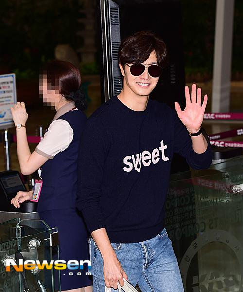 2015 09 12 Jung Il-woo at Gimpo Airport awaits manager for misplaced passport.21