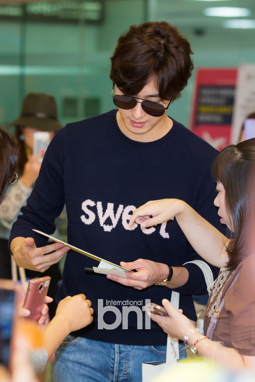 2015 09 12 Jung Il-woo at Gimpo Airport awaits manager for misplaced passport.5