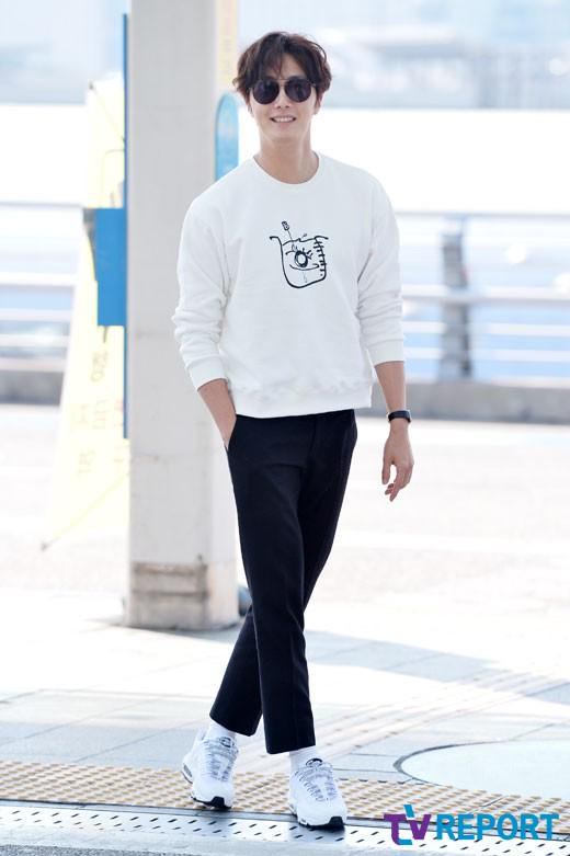 2015 09 15 Jung Il-woo at the airport in reute to the 20th Anniversary of Joy and Peace in Shanghai, China. 1