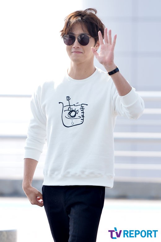 2015 09 15 Jung Il-woo at the airport in reute to the 20th Anniversary of Joy and Peace in Shanghai, China. 12