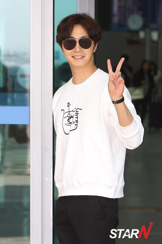 2015 09 15 Jung Il-woo at the airport in reute to the 20th Anniversary of Joy and Peace in Shanghai, China. 3
