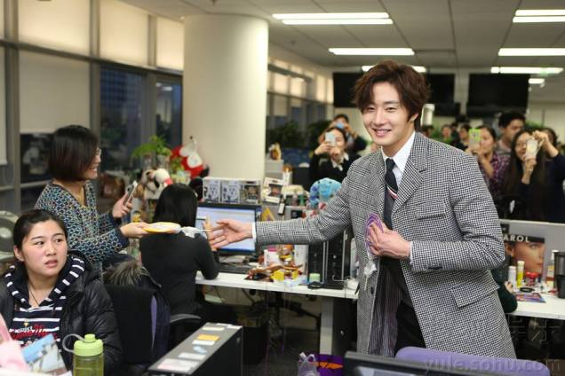 2015 12 4 Jung Il-woo and cast cheer the SOHU headquarters. Cr. SOHU TV and as posted. 1