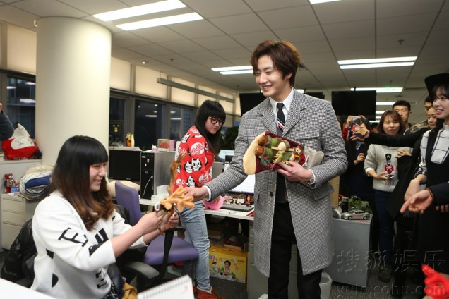 2015 12 4 Jung Il-woo and cast cheer the SOHU headquarters. Cr. SOHU TV and as posted. 2