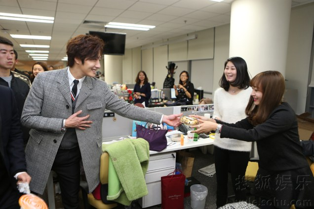 2015 12 4 Jung Il-woo and cast cheer the SOHU headquarters. Cr. SOHU TV and as posted. 6