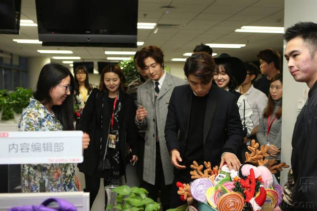 2015 12 4 Jung Il-woo and cast cheer the SOHU headquarters. Cr. SOHU TV and as posted. 7