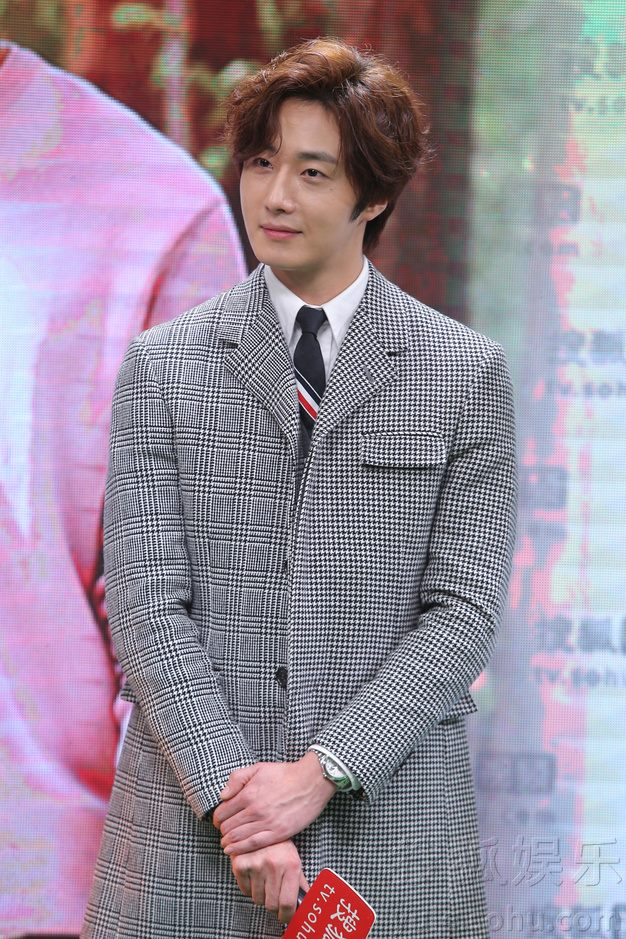 2015 12 4 Jung Il-woo in the High End Crush Press Conference Cr. SOHU TV and as posted. 17