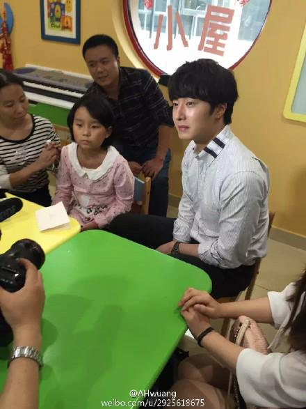 2015 6 5 Jung Il woo meet children at the Shanghai Hospital.12