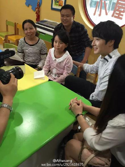 2015 6 5 Jung Il woo meet children at the Shanghai Hospital.13