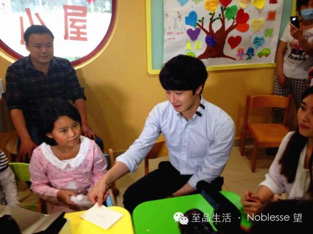 2015 6 5 Jung Il woo meet children at the Shanghai Hospital.5
