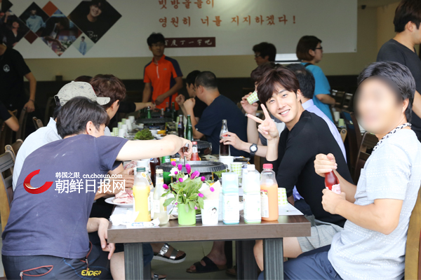 2015 8 23 Jung Il-woo delights in a meal hosted by his Baidu Chinese Fan Club. 14