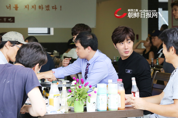 2015 8 23 Jung Il-woo delights in a meal hosted by his Baidu Chinese Fan Club. 5