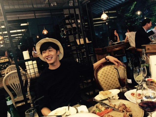 2015 8 25 Jung Il-woo Gallery photos eating with a hat. 2