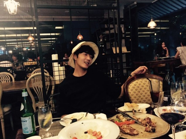 2015 8 25 Jung Il-woo Gallery photos eating with a hat. 3
