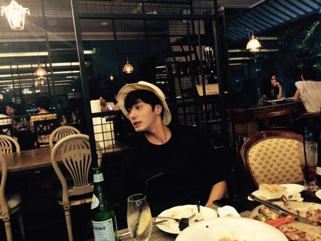 2015 8 25 Jung Il-woo Gallery photos eating with a hat. 4