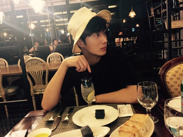 2015 8 25 Jung Il-woo Gallery photos eating with a hat. 7