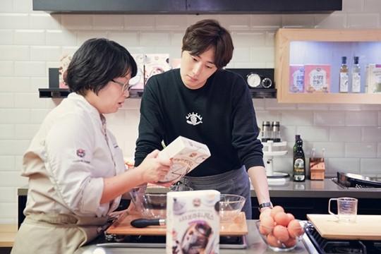 2015 9 4 Jung Il-woo celebrates his birthday baking with fans. Cr. jungilwoo.com:Starcast 11.jpg
