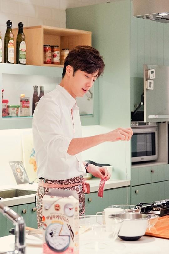 2015 9 4 Jung Il-woo celebrates his birthday baking with fans. Cr. jungilwoo.com:Starcast 19.jpg