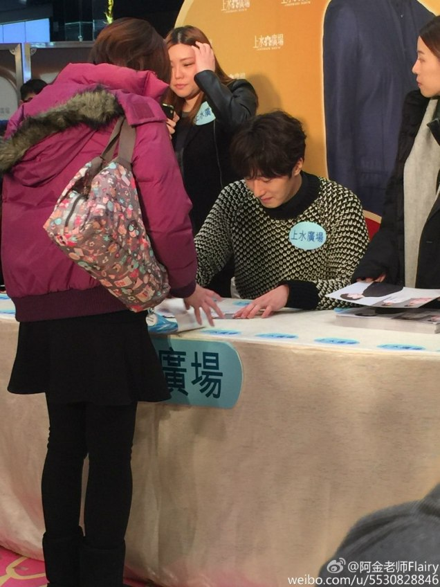 2016 1 23 hong kong fan meeting. signing autographs. cr. on photos.2
