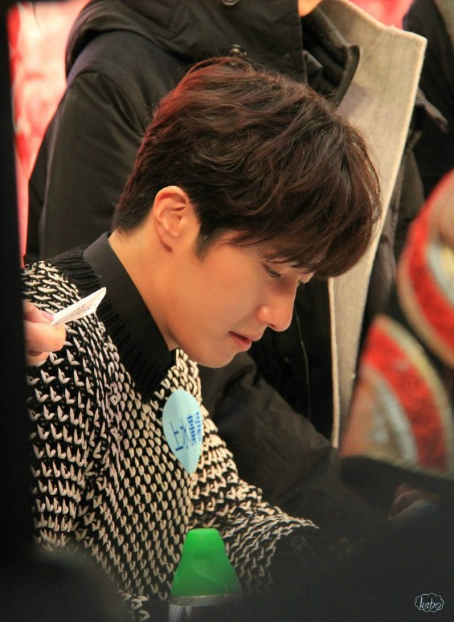 2016 1 23 hong kong fan meeting. signing autographs. cr. on photos.3