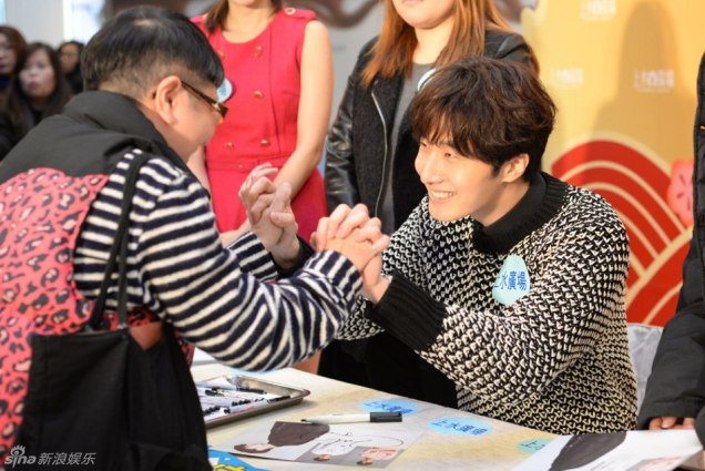 2016 1 23 hong kong fan meeting. signing autographs. cr. on photos.4