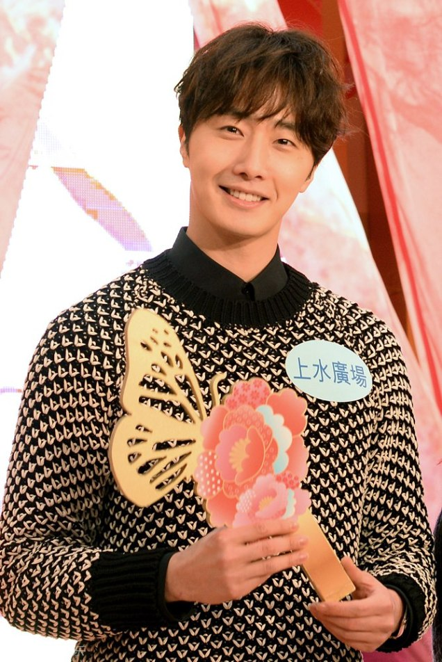 2016 1 23 jung il-woo in hong kong fan meeting extras holding things 10
