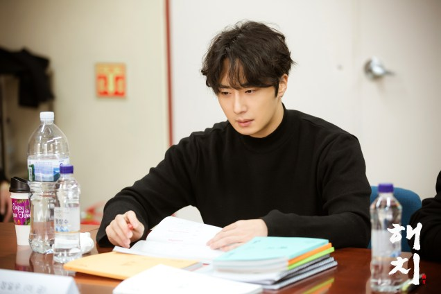 2018 12 18 jung il-woo and cast of haechi during script reading. 1
