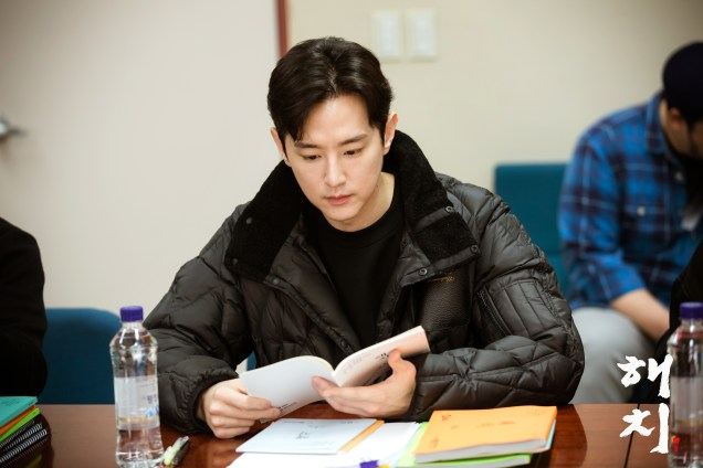 2018 12 18 jung il-woo and cast of haechi during script reading. 2