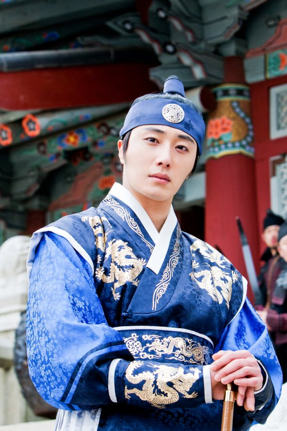Jung II-woo in The Moon that Embraces the Sun Episode 20 BTS Medium  00003.jpg