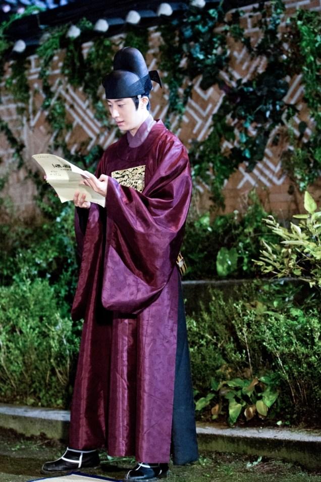 Jung II-woo in the Night Watchman's Journal Episode 5 BTS Cr. MBC   7.jpg