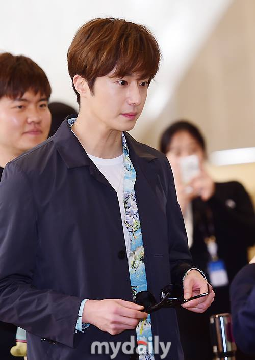 2016 4 14 Jung Il-woo at the airport in route to Japan for Fan Meeting. 2