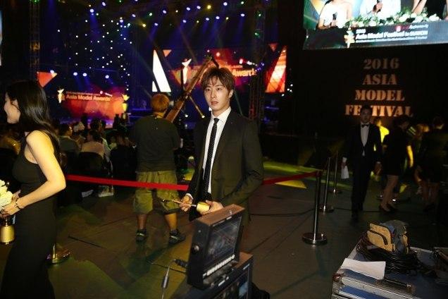 2016 5 21 Jung Il-woo at the Asian Model Awards. Receiving Award. 11