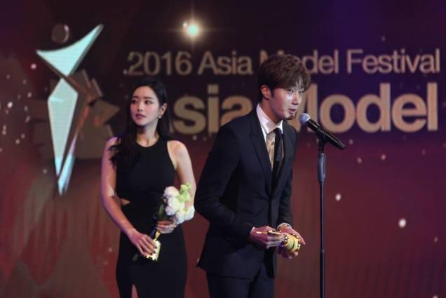 2016 5 21 Jung Il-woo at the Asian Model Awards. Receiving Award. 5