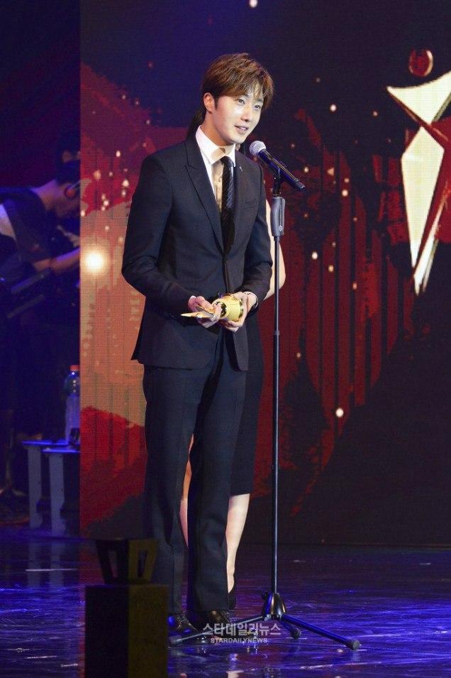 2016 5 21 Jung Il-woo at the Asian Model Awards. Receiving Award. 9