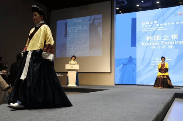 2019 3 29 Jung Il-woo's mom: Professor Sim Yeon-ok at the Korean Night for the China Silk Museum. 3
