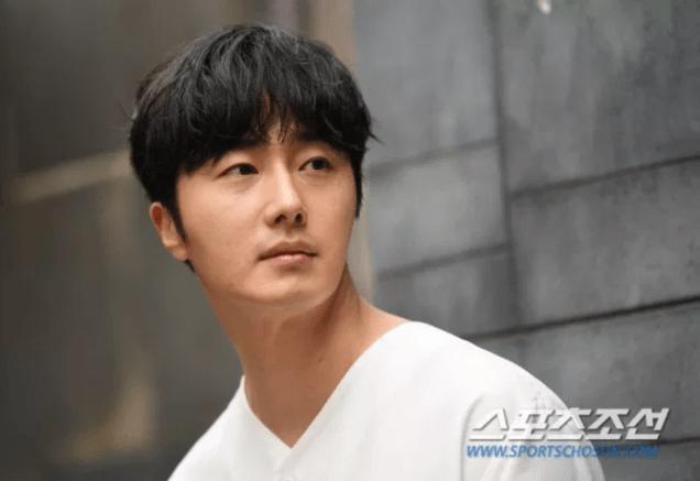 2019 4 30 Jung Il-woo poses at Spazio Studio. Cr. Sports Chosun 5