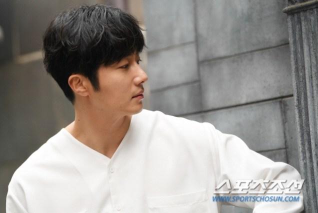 2019 4 30 Jung Il-woo poses at Spazio Studio. Lot B. 1