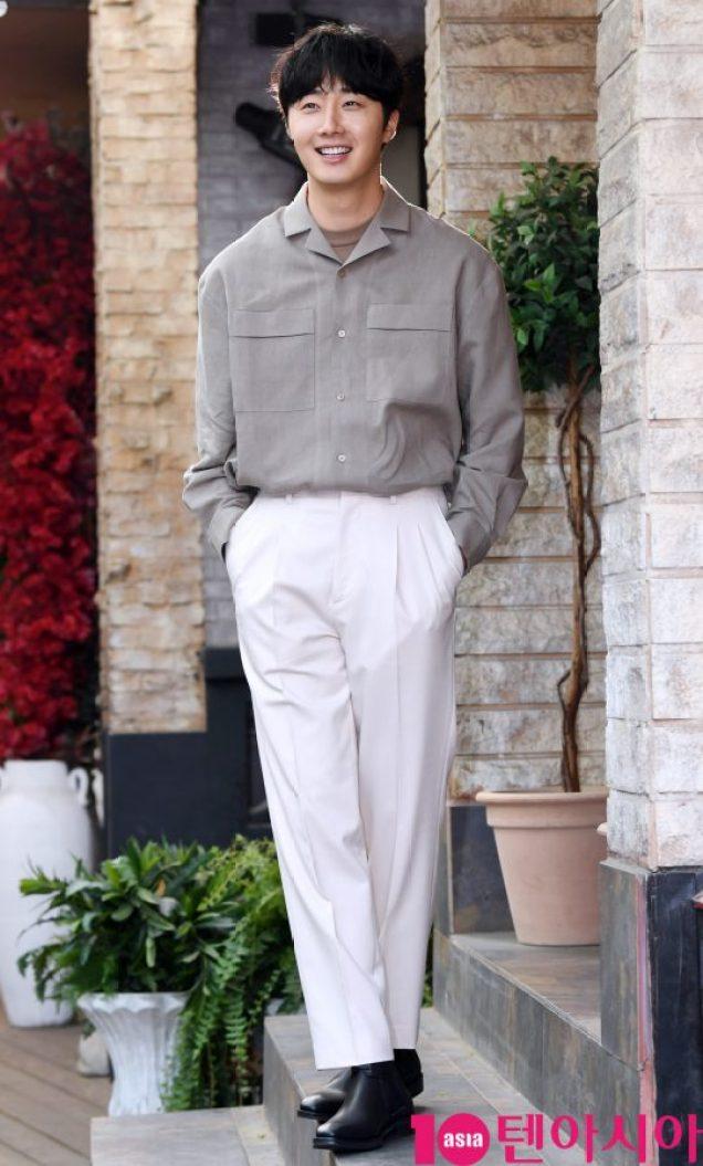 2019 4 30 Jung Il-woo poses at Spazio Studio. Lot B. 26