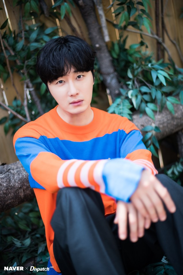 2019 5 2 Jung II-woo in blue and orange! Cr. Naver Dispatch. 24